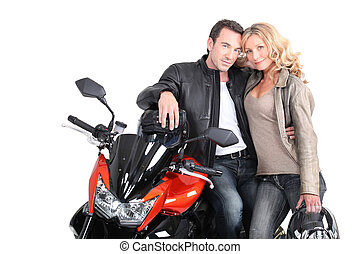 Una pareja de motociclistas con cabezas juntas.