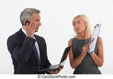Una pareja de negocios en medio de un trato