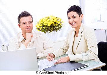 Una pareja de negocios trabajando