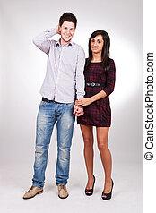 Una pareja de pie al lado de la otra tomandose de la mano