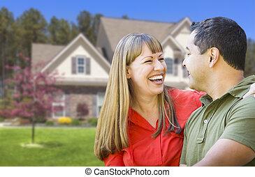 Una pareja de razas mixtas frente a casa
