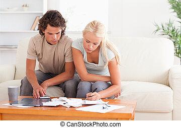 Una pareja de trabajo sentada
