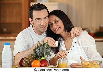 Una pareja desayunando juntos