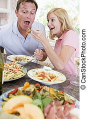 Una pareja disfrutando de la comida, de comer juntos