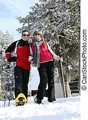 Una pareja disfrutando el viaje de esquí