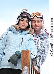 Una pareja disfrutando las vacaciones de esquí