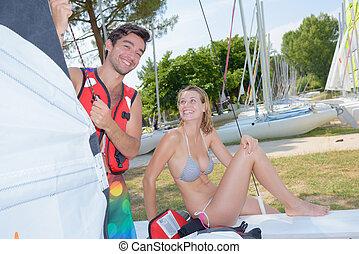 Una pareja divertida con equipo de navegación