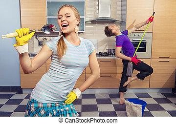 Una pareja divertida en la cocina