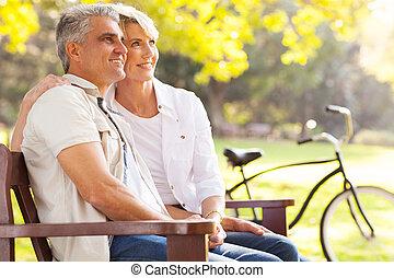 Una pareja elegante de mediana edad soñando despierto