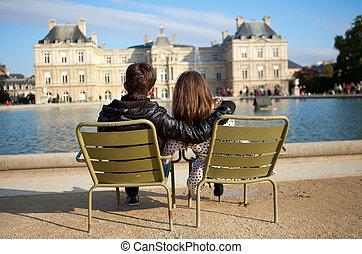 Una pareja en el jardín de Luxemburgo de París