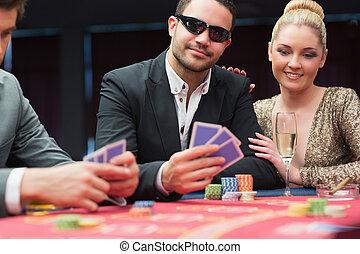 Una pareja en la mesa de póquer