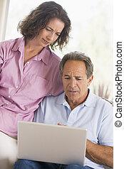 Una pareja en la sala con una laptop