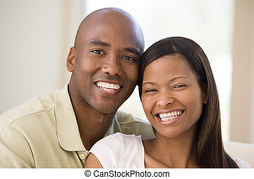 Una pareja en la sala sonriendo