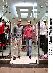 Una pareja en la tienda