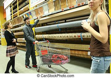 Una pareja en la tienda de materiales