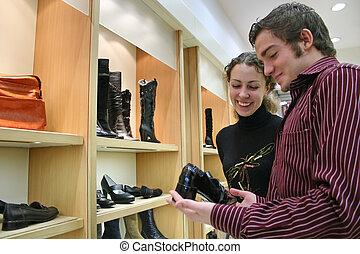 Una pareja en la zapatería