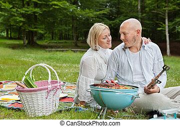 Una pareja en un picnic al aire libre