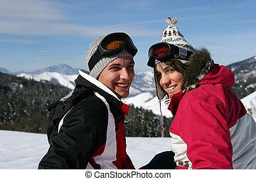 Una pareja en un viaje de esquí
