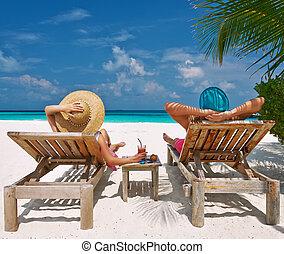 Una pareja en una playa en Maldivas