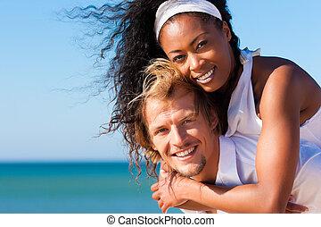 Una pareja en una playa soleada en verano