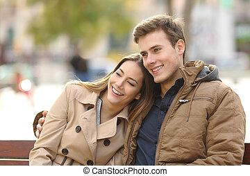 Una pareja enamorada abrazándose en un parque urbano