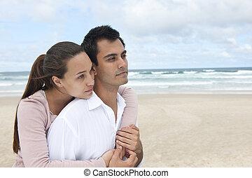 Una pareja enamorada en la playa