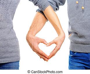 Una pareja enamorada mostrando Corazón con sus dedos