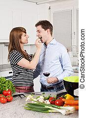 Una pareja enamorada preparando una comida