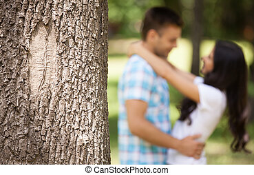Una pareja encantadora abrazada. Una joven pareja amorosa abrazada en el parque de primavera