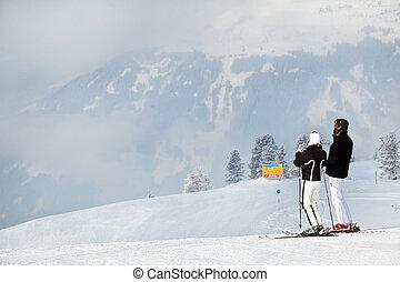 Una pareja esquiando en las montañas