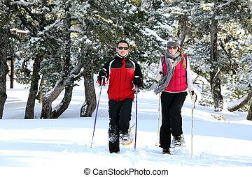 Una pareja esquiando juntos