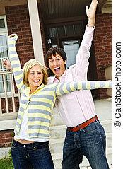 Una pareja excitada en casa