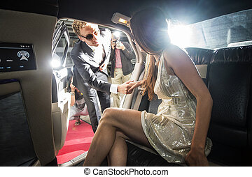Una pareja famosa saliendo de una limusina