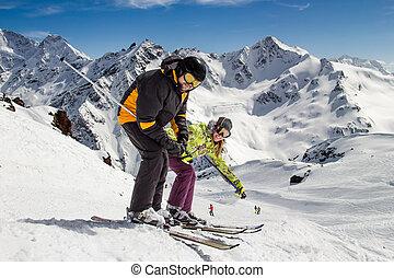 Una pareja feliz adulta en las montañas de invierno
