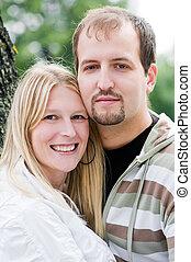 Una pareja feliz al aire libre