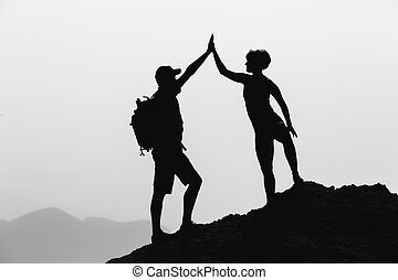 Una pareja feliz celebra alcanzar la meta vital y el éxito