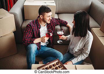 Una pareja feliz celebra mudarse a una nueva casa