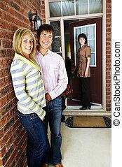 Una pareja feliz con agente inmobiliario