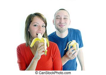 Una pareja feliz con bananas