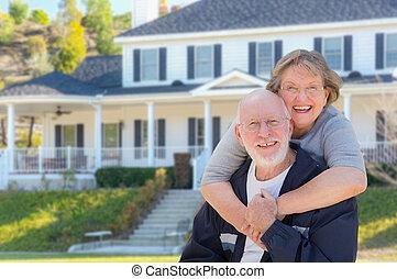 Una pareja feliz delante de la casa
