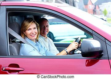 Una pareja feliz en el auto.