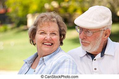 Una pareja feliz en el parque