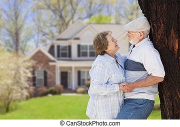 Una pareja feliz en el patio de la casa