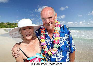 Una pareja feliz en la playa tropical