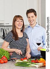 Una pareja feliz en su cocina