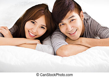 Una pareja feliz en una cama
