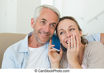 Una pareja feliz escuchando a Cal