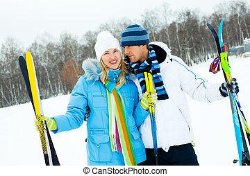Una pareja feliz esquiando