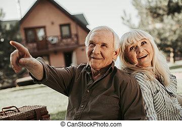 Una pareja feliz mirando a un lado con intereses
