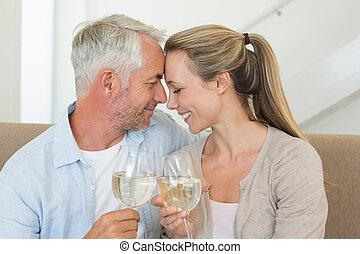 Una pareja feliz sentada en una tostada